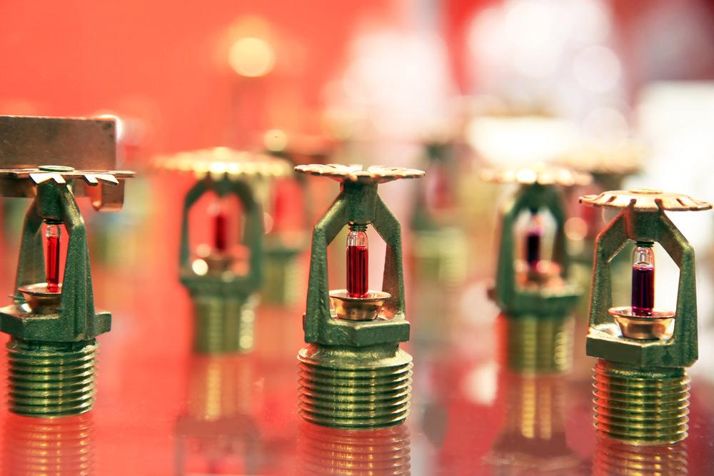 extincteurs automatiques à eau sur fond rouge